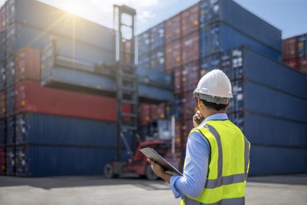 Kontrolle des Ausladens von Cargo Boxen von einem Frachtschiff